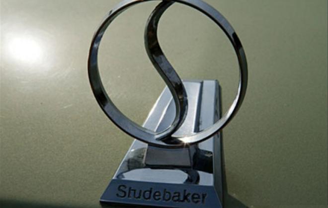 1966 Studebaker Daytona Sport Sedan 6 cylinder 3 badge.png