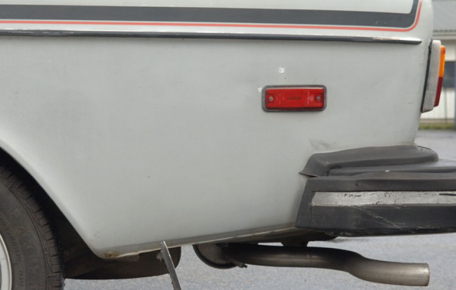 1978 Volvo 242 GT with rear mudguard quarter reflectors.png