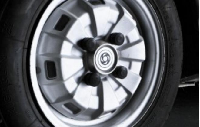 Leyland Mini 1275LS Wheel and hubcap original.png