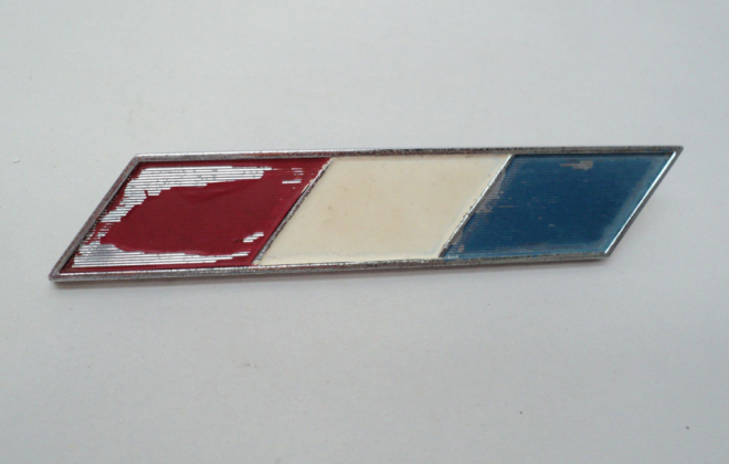 Studebaker Daytona 1965 front fender side badge red white blue.png