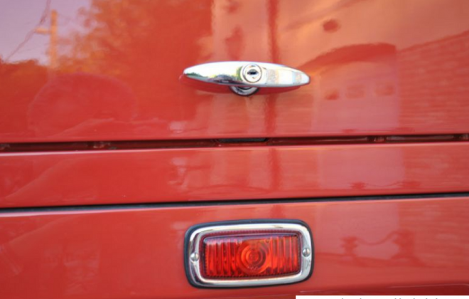 Volkswagen Deluxe Microbus central rear brake light.png