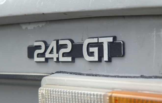 Volvo 242 GT early trunk badge rear badge.png